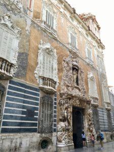 La facciata del Museo Nazionale della ceramica, modificata con altorilievi antropomorfi nel XVIII.